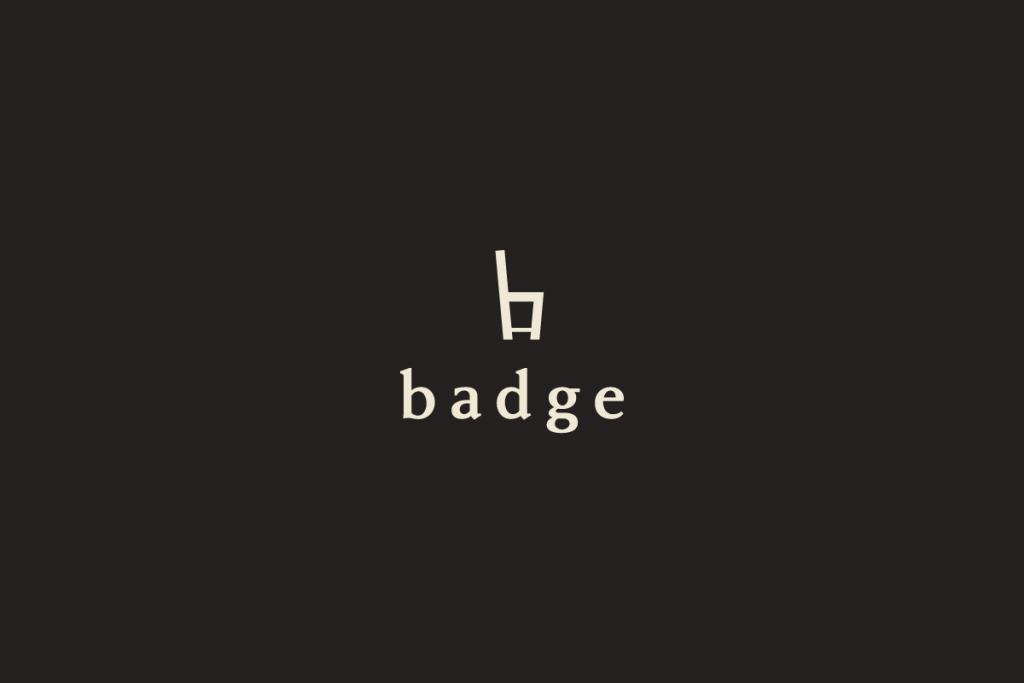 ロゴがベージュで背景が茶色のイメージ
