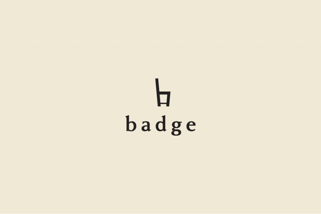 ロゴが茶色で背景がベージュのイメージ